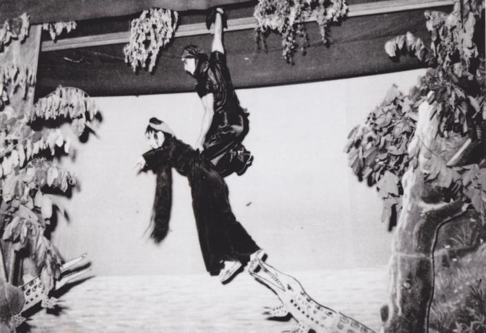 粵劇《海底霸王》自1930年代已上演,關德興施展單手掛橫樑,單手揪起女花旦的神力。此照片攝於四十年代。